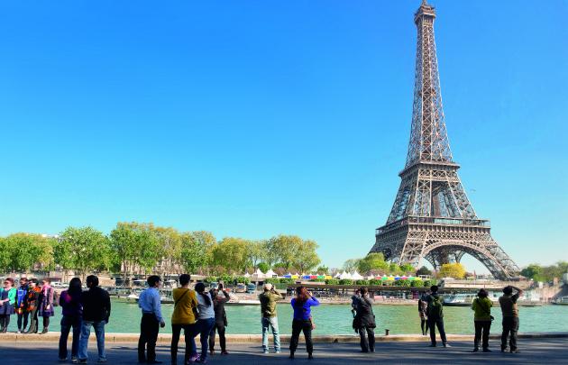 Touristes-et-Tour-Eiffel-630x405-C-Paris-Tourist-Office-Photographe-Daniel-Thierry
